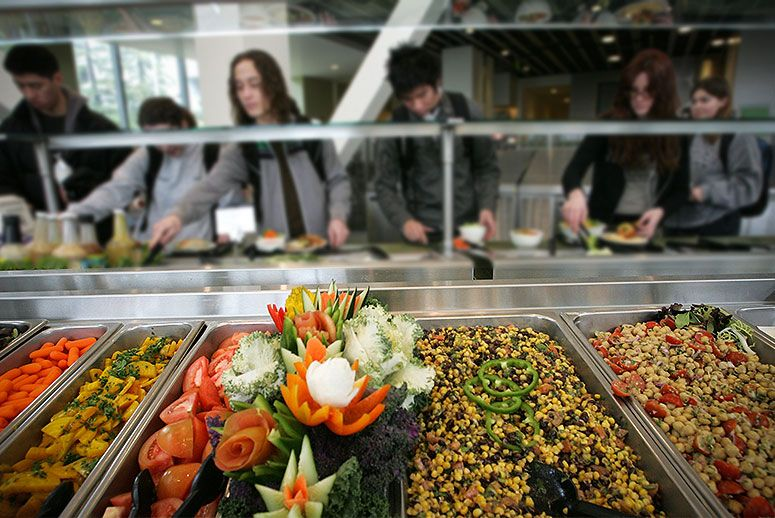 cafeteria food in college Many college students aren't even eating one serving of fruits or vegetables in a day if you eat most of your meals in a college cafeteria or have a meal plan, maybe you know the feeling: you walk in to your campus dining hall with every intention to eat a healthy meal, but just one look at the.